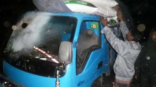 লক্ষ্মীপুরে পিকআপে ককটেল নিক্ষেপ: আহত ৩